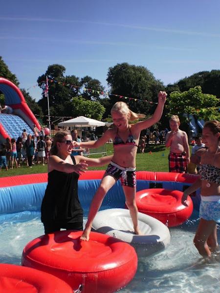 Zwembad loopmat zeskamp spelkussens attractieverhuur for Zwembad spel